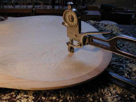 Hier sehen Sie die Deckenausarbeitung im Geigenbau