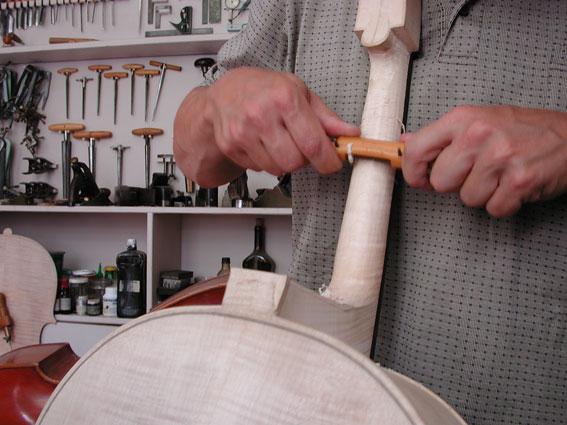 So wird der Hals im Geigenbau verschnitten