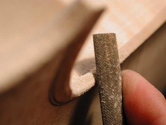 So wird im Geigenbau die Randgestaltung erarbeitet