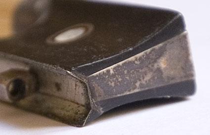 angelaufener verschmutzer Silberzwickel eines Geigenbogens
